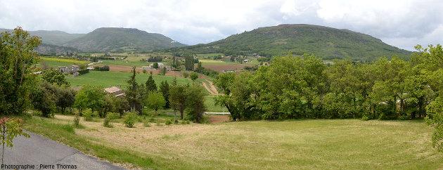 Vue globale sur la montagne d'Andance (à droite) et du rebord NE du plateau du Coiron (à gauche), Ardèche