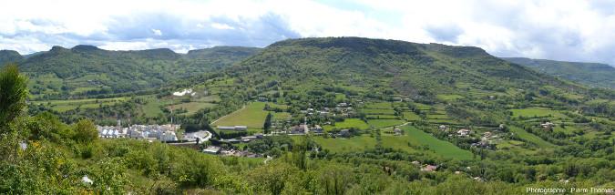 Panorama sur le plateau du Coiron vu depuis l'entrée de la carrière de diatomite de Saint-Bauzille (Ardèche)