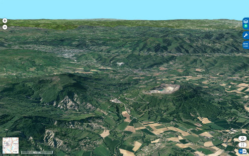 Vue aérienne montrant la carrière de Saint-Bauzile au sommet de la montagne d'Andance (au centre droit) et, à gauche, le rebord du plateau du Coiron