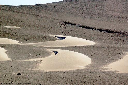 Deux belles barkhanes dans le désert côtier péruvien, à 75km au Sud de la ville de Nazca et à 5km de la côte de l'océan Pacifique