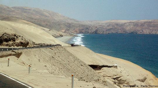 """La côte du désert péruvien, une côte rocheuse escarpée avec parfois des dunes """"montant à l'assaut"""" des reliefs"""