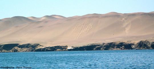 Vue générale prise depuis un bateau du Chandelier de Paracas, géoglyphe de 180m de long pour 70m de large