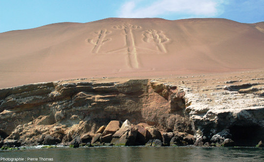 Vue prise depuis un bateau du Chandelier de Paracas, géoglyphe de 180m de long pour 70m de large