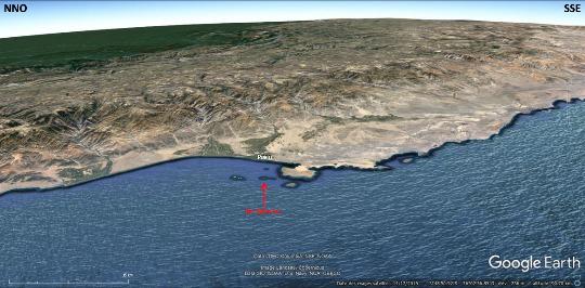 Vue aérienne de la côte péruvienne dans le secteur des iles Ballestas (flèche rouge), Pérou