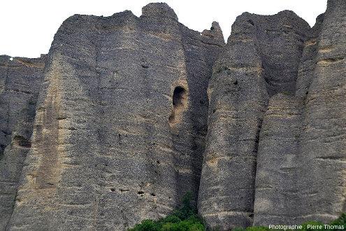 Détail sur des piliers coniques des Pénitents des Mées