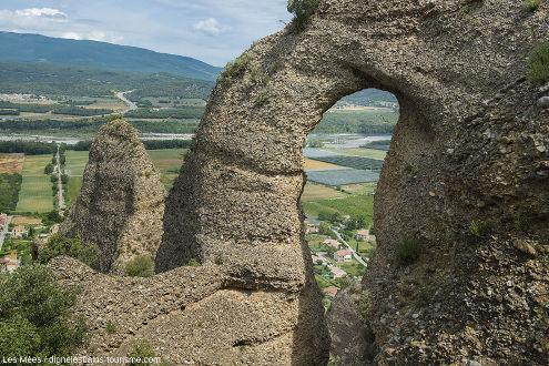 Une arche dans les conglomérats des Pénitents des Mées