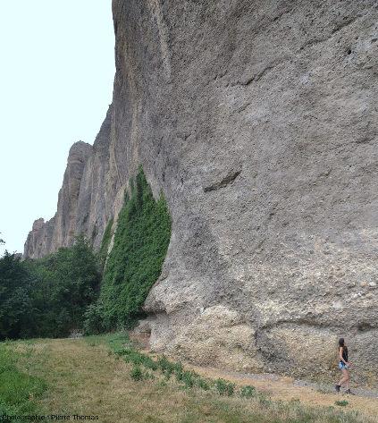 Détail des poudingues et de leurs galets arrondis photographiés au pied des pénitents, juste au Nord-Est du vieux village des Mées