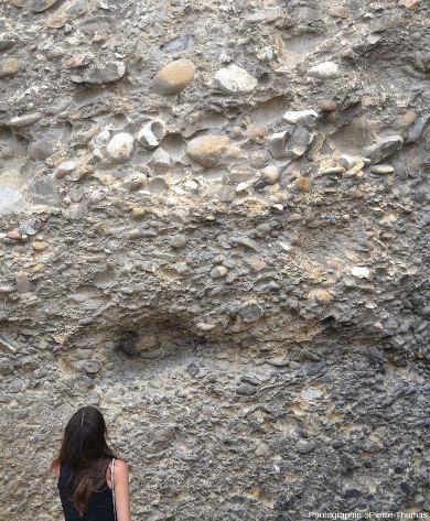Détails des poudingues et de leurs galets arrondis photographiés au pied des pénitents, juste au Nord-Est du vieux village des Mées