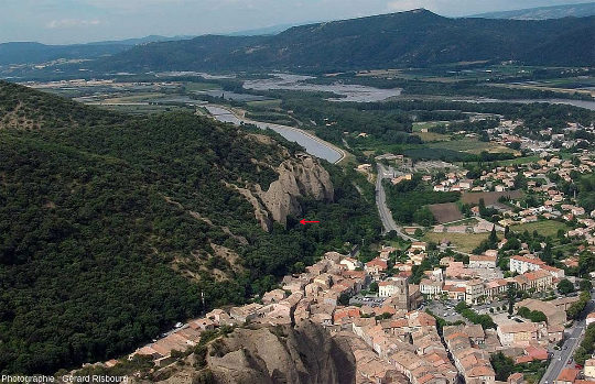 Photographie aérienne du village des Mées, Alpes de Haute Provence