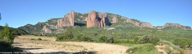 Vue globale (prise depuis le Sud-Ouest) des Mallos de Riglos, versant Sud des Pyrénées, Aragon, Espagne