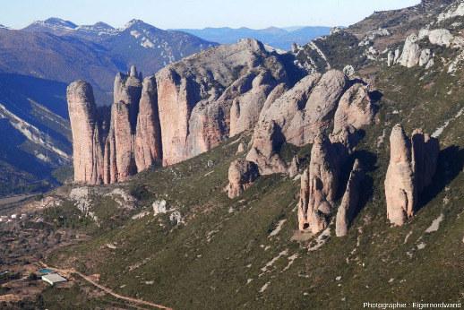 Vue depuis le Sud-Est prise depuis une hauteur sur le mallos principal, Mallos de Riglos, Aragon, Espagne
