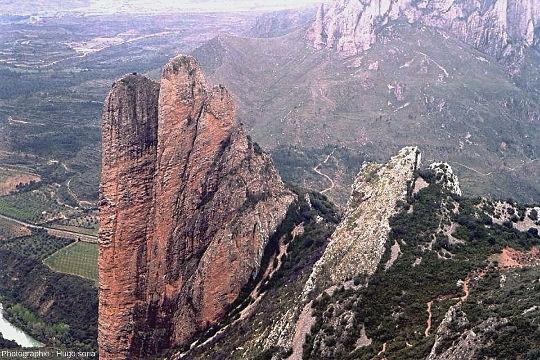 Autre vue du contact entre les couches de conglomérats basculées (à gauche) et les couches très redressées à droite, Mallos de Riglos, Aragon, Espagne