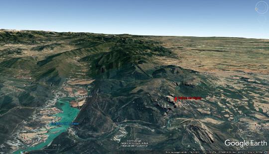 Vue aérienne (prise depuis l'Ouest en direction de l'Est) montrant la localisation des Mallos de Riglos, entre le pied des plus méridionaux des chainons pyrénéens (à gauche) et les plaines du bassin de l'Èbre à droite