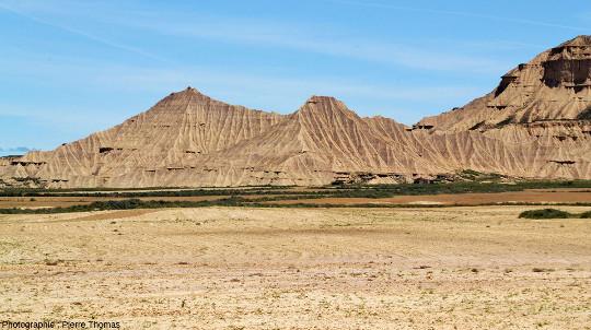 Vue d'ensemble de cuestas ciselées par ce type d'érosion en badlands, Bardenas Reales, Navarre espagnole