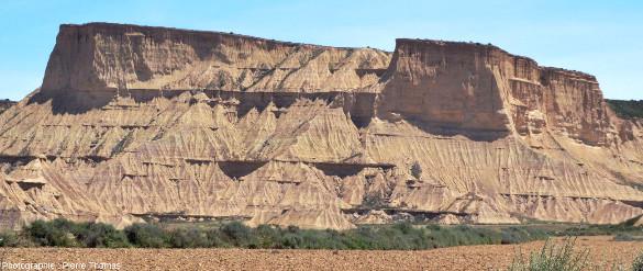 Une cuesta montrant une érosion de type badlands, Bardenas Reales, Navarre espagnole
