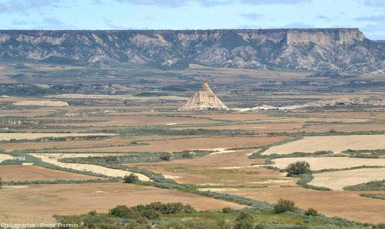 La plus célèbre des buttes témoins des Bardenas Reales, le Castildetierra, chapeauté par une couche de grès résistante et que l'on pourrait considérer comme une giga-cheminée de fées