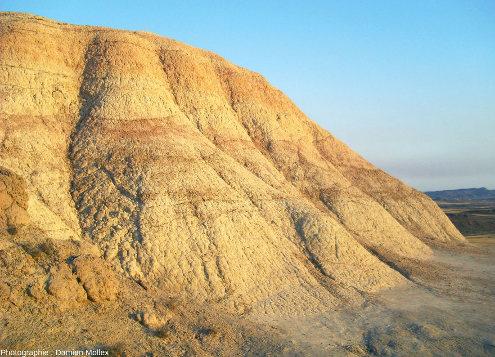Détail de couches argileuses montrant des alternances d'argiles jaunâtres ou rougeâtres, Bardenas Reales