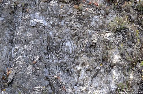 Vue de détail de microplis très disharmoniques affectant des gypses oligocènes dans le bassin de l'Èbre, sur le bord de la RN121, 60km au Sud de Pampelune (Navarre, Espagne)
