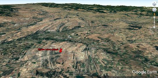 Vue aérienne en direction du NO montrant le contexte dans lequel sont les couches déformées visibles dans la tranchée sur le bord de la RN121, 60km au Sud de Pampelune
