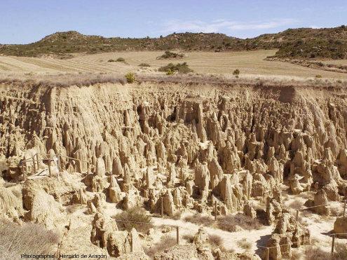 """Zoom sur un rebord des Aguarales de Valpalmas montrant que l'érosion a entaillée une """"plaine"""" enserrée entre des collines"""