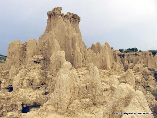 Reste d'une couche ou d'une lentille de grès isolée par l'érosion et ayant protégé les argiles sous-jacentes, formant ainsi une cheminée de fée, Los Aguarales de Valpalmas