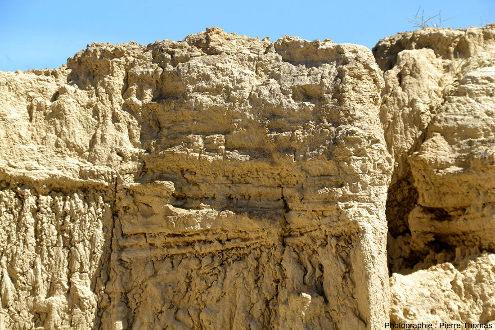 Le détail des stratifications est parfois difficile à interpréter, à cause de l'érosion différentielle, des stratifications obliques, des coulures d'argiles tapissant les parois…, Los Aguarales de Valpalmas