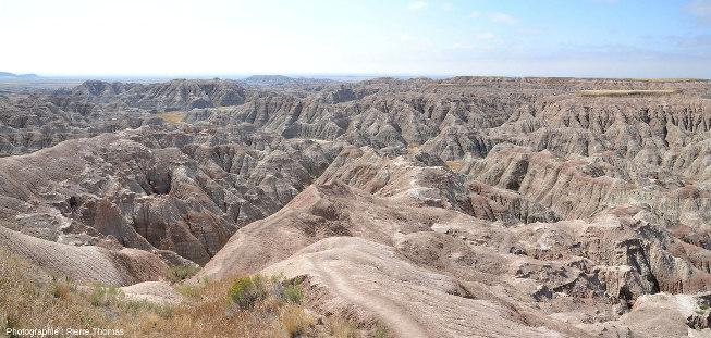 Vue d'un paysage caractéristique du Parc national des Badlands (Dakota du Sud, USA), des dizaines d'hectares de ravins séparant des crêtes constituées de strates argileuses horizontales