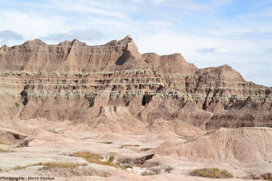 Exemple d'un versant à lithologie relativement variée permettant de faire une stratigraphie locale, Parc National des Badlands (Dakota du Sud, USA)