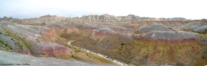 Vue d'un vaste secteur où l'on voit bien la limite entre les Yellows Mountset leurs argiles jaunes chapeautées de rouge, âgées de 67Ma, et les argiles grises de la Chadron Formation (37 à 34Ma)