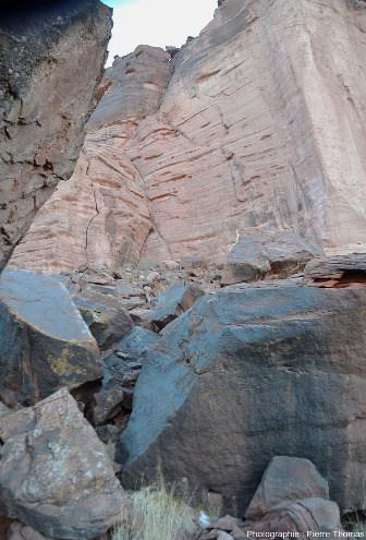 Éboulis au pieds des parois du canyon de Talampaya (Argentine)