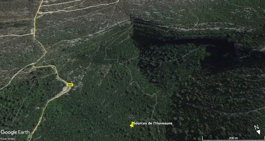 Vue aérienne montrant la (petite) reculée formée par la zone des sources de l'Huveaune, massif de la Sainte Beaume