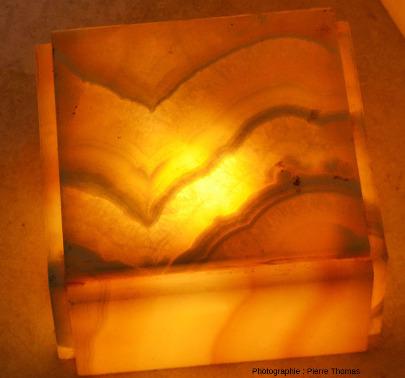 Détail de deux sections de travertin où l'on voit les cristaux de calcite, qui ont crû perpendiculairement aux couches