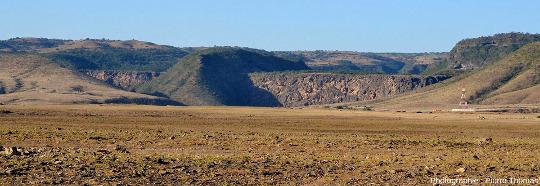 Vue globale de la vallée du Wadi Darbat, en fait une vallée principale et une petite vallée annexe d'un affluent, barrées par deux barrages de travertinde plus de 70m de haut