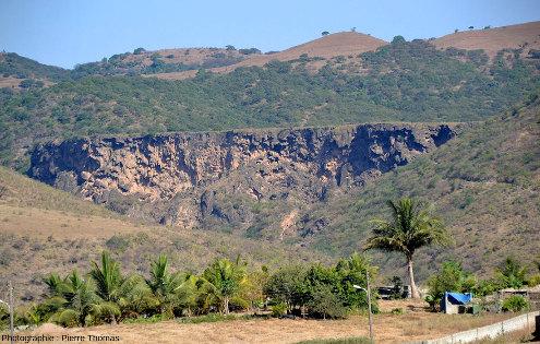 Vue de détail de l'extrémité Ouest du barrage de travertin occidental barrant le Wadi Darbat, Oman