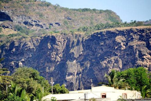 Vue de détail de la partie orientale du barrage de travertin barrant le Wadi Darbat, Oman