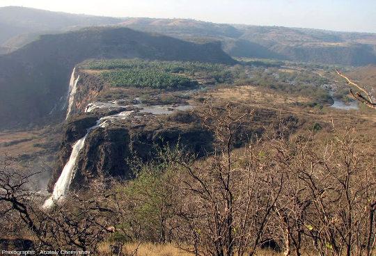 Vue de la plaine alluvio-travertineuse située derrière les barrages de travertin (70 à 80m de haut) sur le Wadi Darbat, Oman