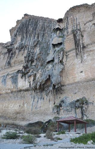 Falaise calcaro-conglomératique au niveau d'Hasik Park (Oman), falaise abondamment recouverte de travertin et de stalactites