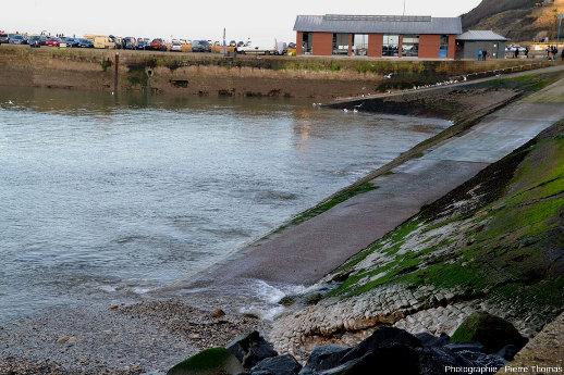 Différents aspects des remous dus aux résurgences sortant sous pression sur le platier affleurant au fond du port de Port-en-Bessin