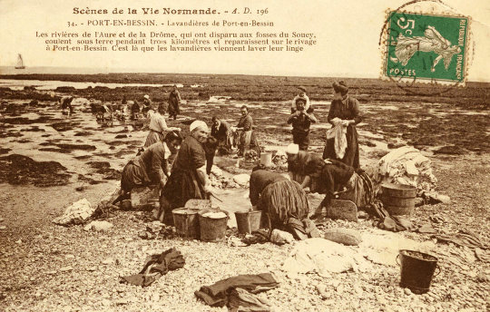 En 1900, à Port-en-Bessin, à marée basse, les résurgences d'eau douce permettaient de laver le linge à la plage