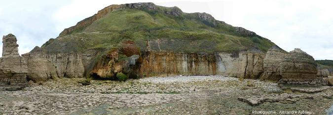 Vuegénérale d'une masse de travertin recouvrant la falaise, 2km à l'Ouest de Port-en-Bessin (Calvados)