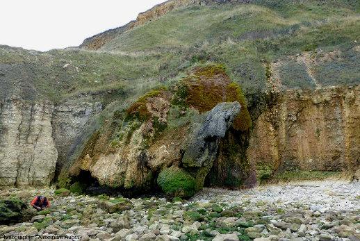 Vuegénérale d'une masse de travertin recouvrant la falaise, 2km à l'Ouest de Port-en-Bessin