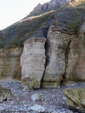 Détail de la falaise montrant un bloc de calcaire se détachant