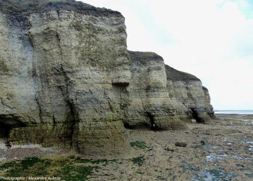 Autre vue de la falaise montrant les confessionnaux plus à l'Ouest de la plage, Sainte-Honorine-des-Pertes