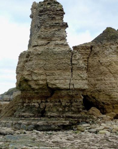 L'aiguille des Hachettes qui présente l'affleurement qui permis de définir le stratotype du Bajocien, falaises de Sainte-Honorine-des-Pertes (Port-en-Bessin, Calvados)