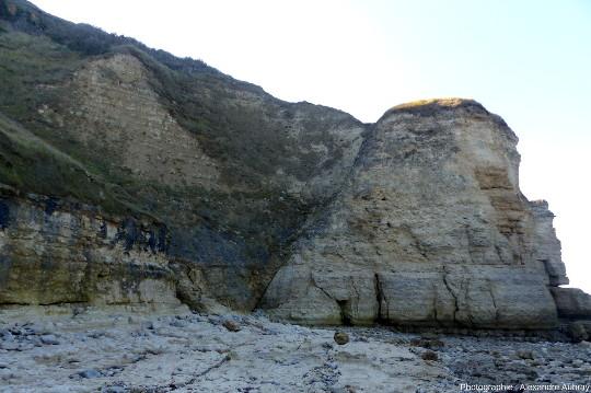 Faille normale Est-Ouest sur la plage de Sainte-Honorine-des-Pertes, vue vers l'Ouest