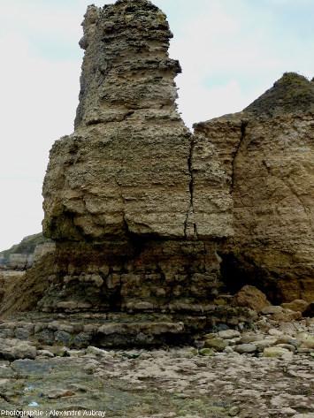 L'aiguille des Hachettes sur laquelle le stratotype du Bajocien a été défini, plage de Sainte-Honorine-des-Pertes (Calvados)