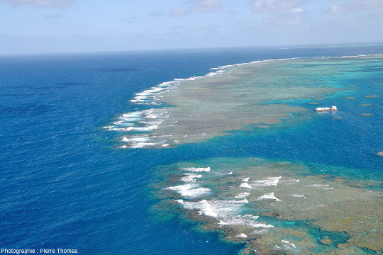 Vue d'hélicoptère d'une passe au Nord du récif nommé Moore Reef, l'un des multiples récifs qui, alignés sur plus de 2000km, forment la Grande Barrière de Corail d'Australie