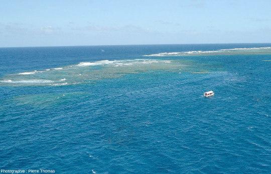 """Vue plus éloignée de la passe entre le récif principal de Moore Reef (au fond à droite) et son """"annexe"""" à gauche de l'image"""