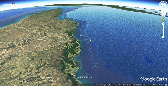 """Vue aérienne de la moitié Nord de la Grande Barrière de Corail (entre 11 et 18° lat. S) montrant que cette """"barrière"""" est en fait un alignement de dizaines et de dizaines de récifs isolés"""