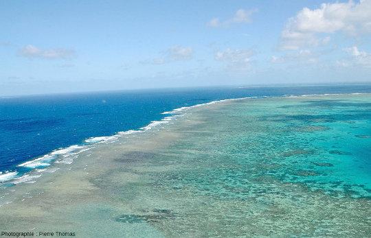 La côte Est de Moore Reef, vue en direction du Sud-Est, Grande Barrière de Corail, Australie